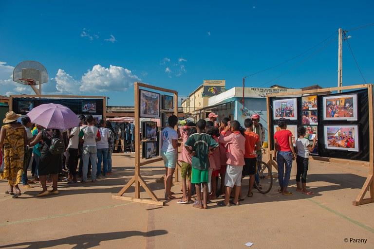 Des enfants qui regardent l'exposition photo