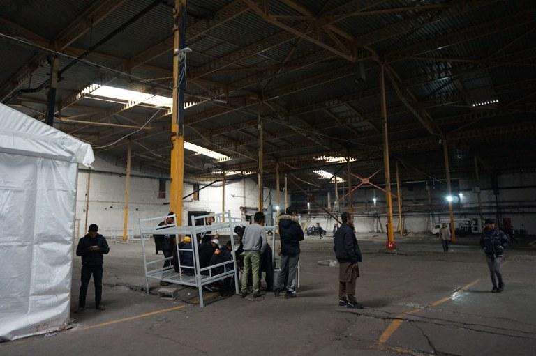 Les migrants utilisent la connexion de TSF dans l'usine de Bira