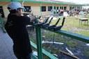 Préparation des téléphones satellites pour l'opération de téléphonie humanitaire dans une école de Marsh Harbour, la ville principale de l'île d'Abaco.
