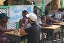 Opération de téléphonie humanitaire dans une école de Marsh Harbour, la ville principale de l'île d'Abaco