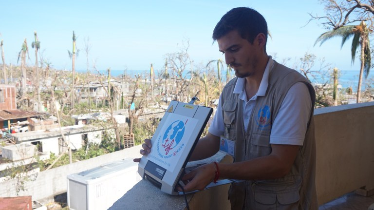 TSF installe un BGAN à Jérémie, Haïti, après le passage de l'ouragan Matthew (2016)